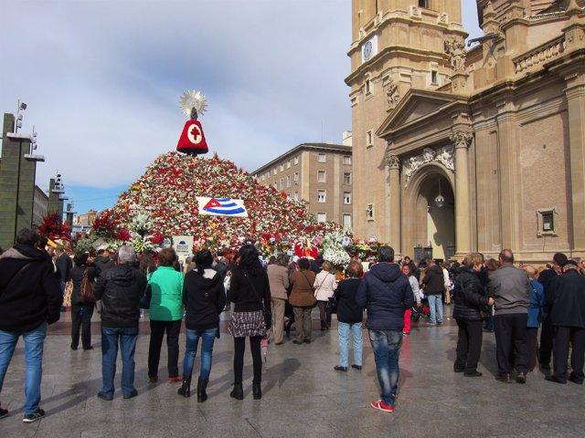Centenares de zaragozanos acuden a ver a la Virgen del Pilar y su manto floral