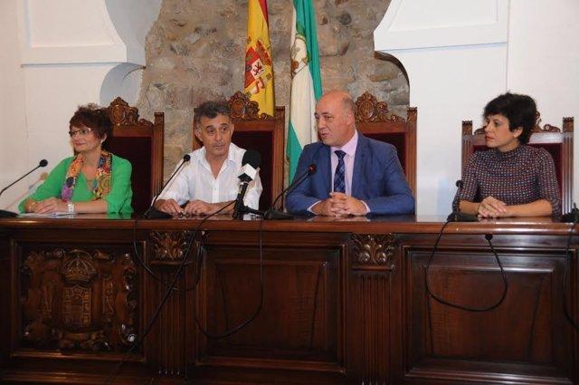 Antonio Ruiz (dcha.), junto al alcalde de Villa del Río