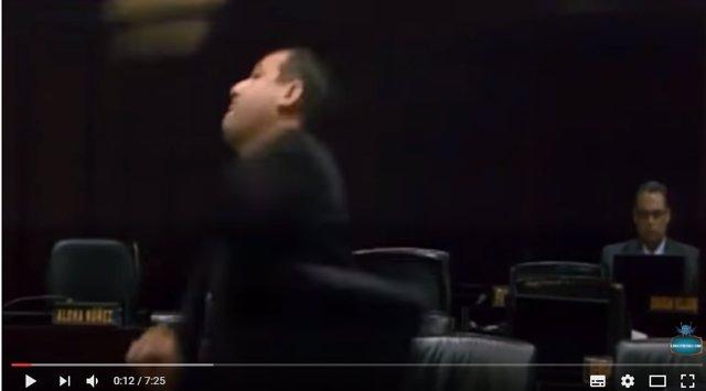 Un diputado chavista lanzándole un micrófono a uno de la MUD