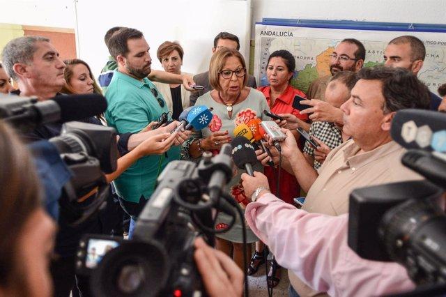 La consejera de Educación, Adelaida de la Calle, atiende a los periodistas