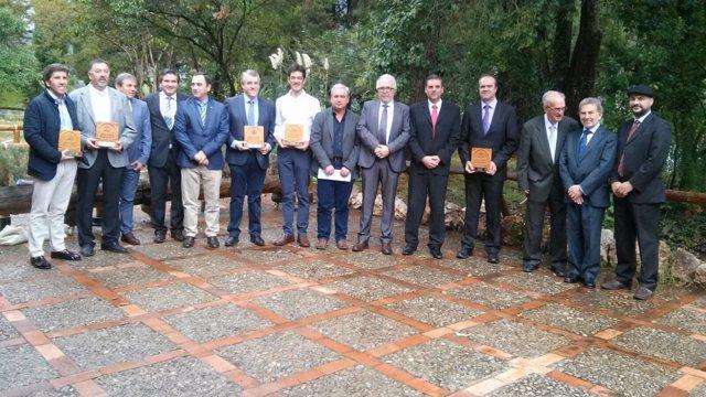 Imagen de premiados y autoridades en el Centro de Visitantes Torre del Vinagre.