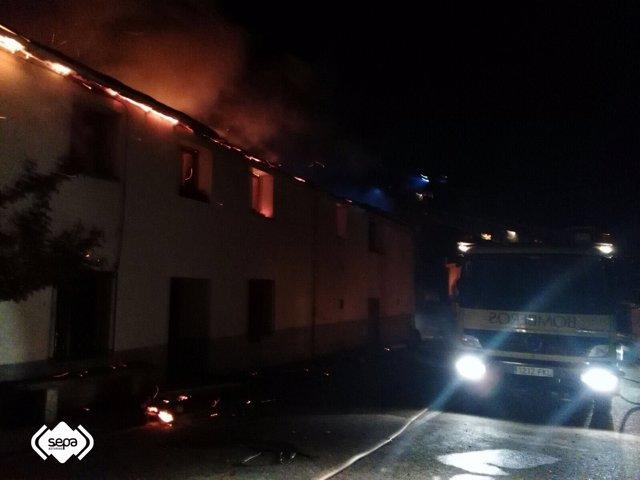 Intervención en un incendio de una vivienda en Ibias.