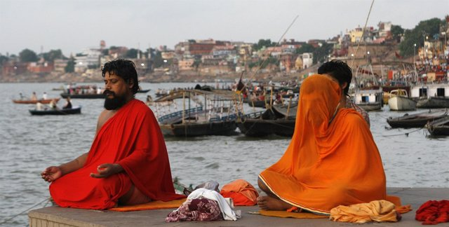 Religiosos hindúes a orillas del río Ganges