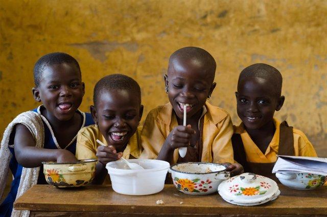 Niños que reciben comidas escolares en Ghana