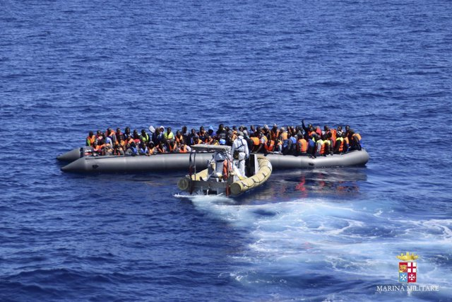 Embarcación con refugiados que intentaba llegar de Libia a Italia