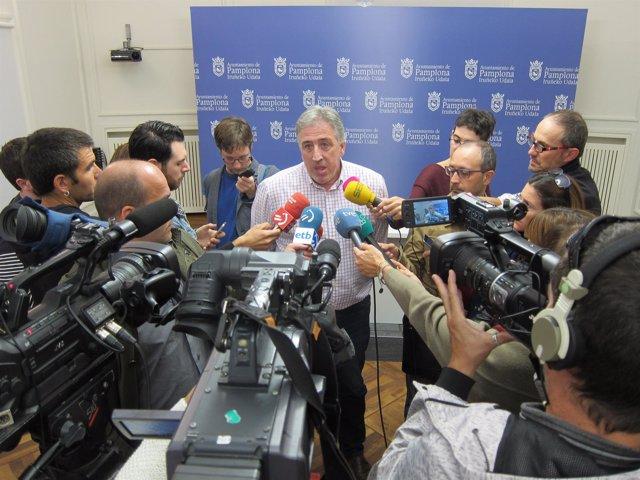 El alcalde de Pamplona, Joseba Asiron, atendiendo a los periodistas