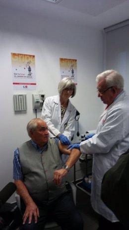 El consejero al inicio de la campaña de vacunación de la gripe