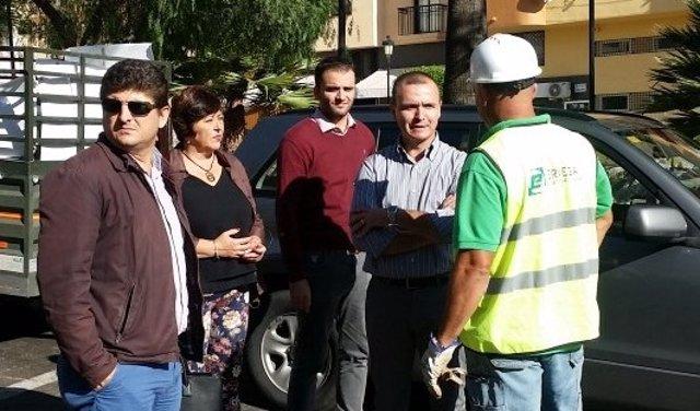 Diego José Jiménez alcalde de Manilva PSOE habla con operario