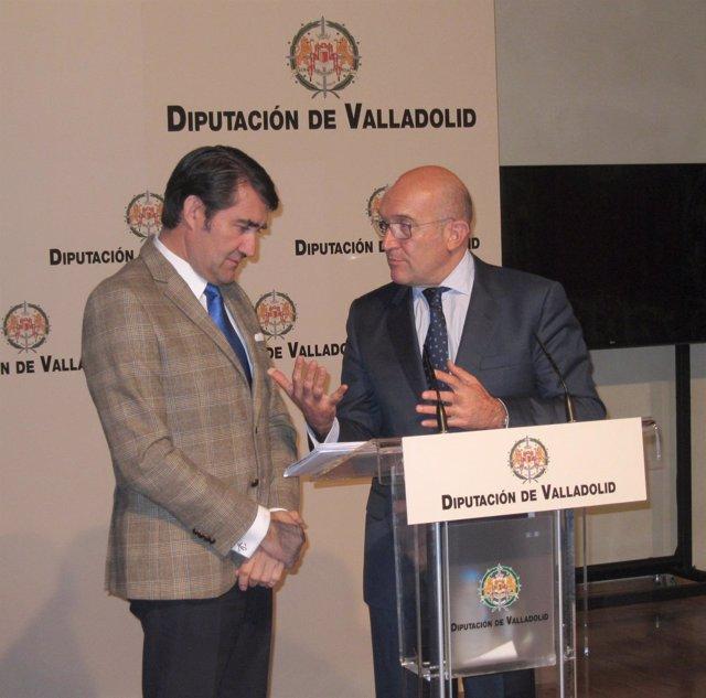 Carnero (I) se dirige a Suárez Quiñónes (D)