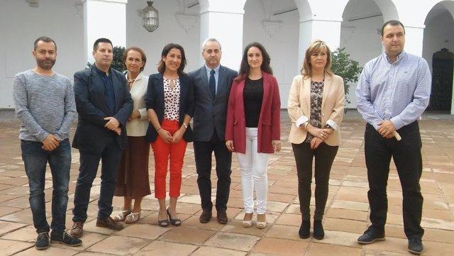 Gómez (centro), junto responsables de mancomunidades y Vías Verdes