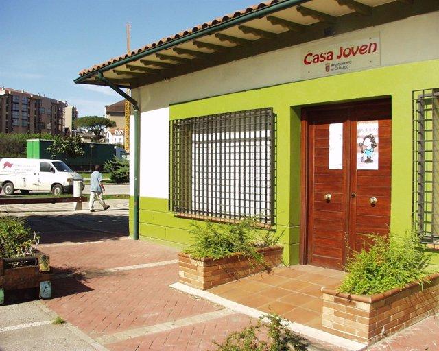 La OMIC tiene su sede en la Casa Joven de Cros, en Maliaño