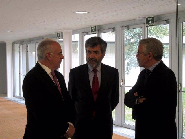 Lesmes, en el centro, charla con Espinosa y Ceniceros momentos antes del acto
