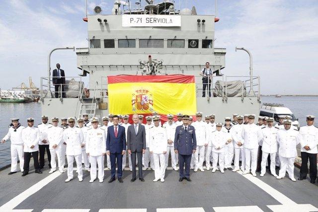 Pedro Morenés visita a la tripulación del patrullero 'Serviola' en Dakar