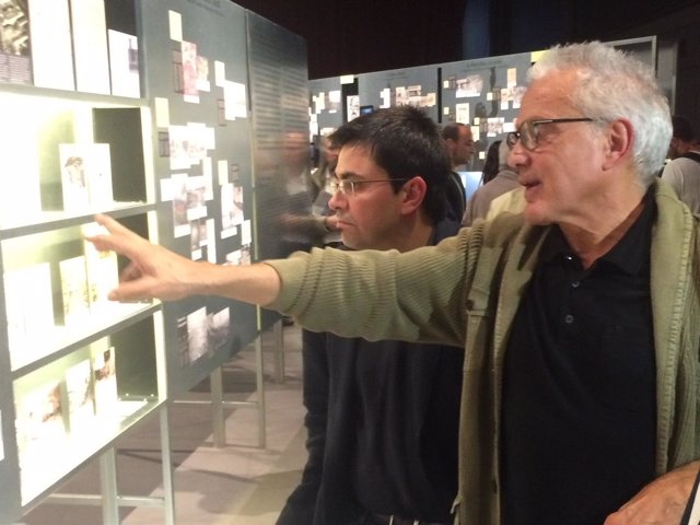 G.Pisarello y M.Risques, durante la visita a la exposición