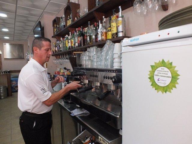 Un camarero en un establecimiento que sólo funciona con energía renovable