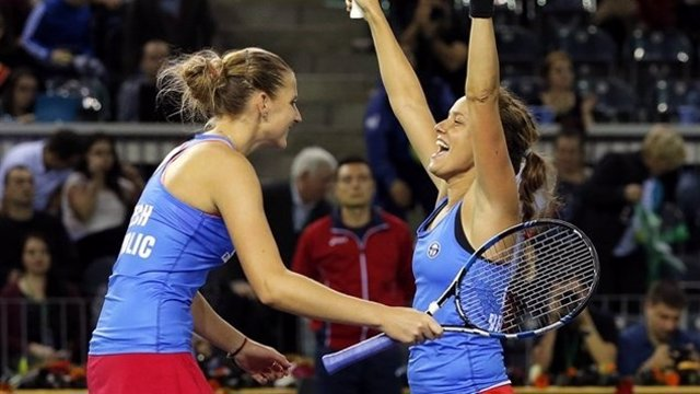 Karolina Pliskova (CZE) y Barbora Strycova (CZE) en Copa Federación