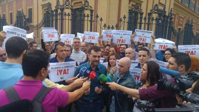 Antonio Maíllo atiende a los medios