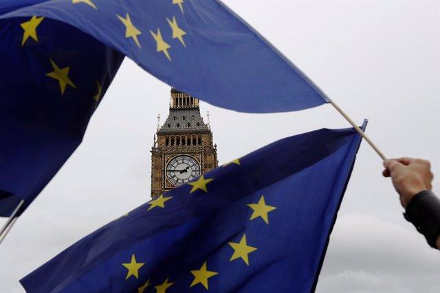 Banderas de la UE ondeando ante el Big Ben