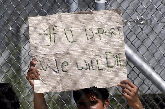 Un refugiado con una pancarta en un centro de la isla de Lesbos