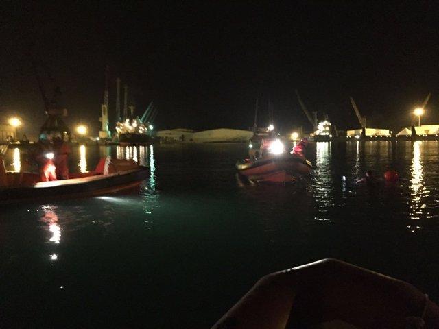 Efectivos de Cruz Roja activados tras la caída del coche al puerto