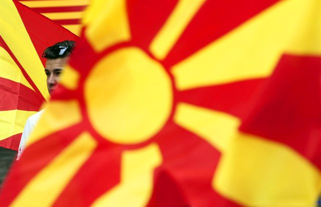 Bandera de Macedonia durante una manifestación en Skopje