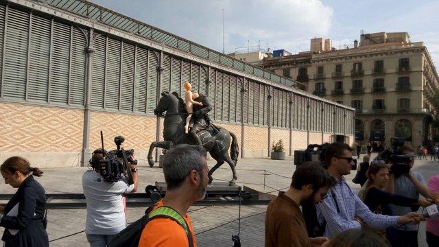 Muñeca hinchable en la estatua ecuestre del dictador Francisco Franco