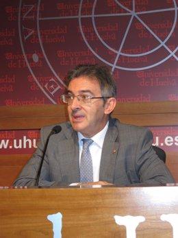 El rector de la Universidad de Huelva, Francisco Ruiz.