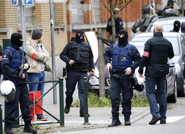 Policía en Bruselas busca terroristas de París en barrio Molenbeek