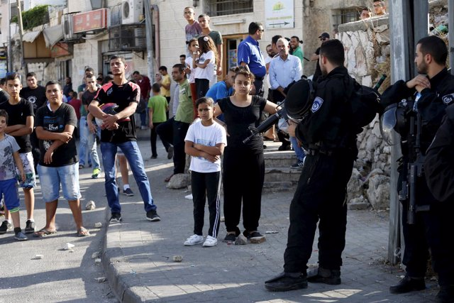 Niños palestinos en un control israelí en Jerusalén Este