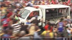 Un furgó policial atropella diversos manifestants durant una protesta a Manila (YOUTUBE INQUIRER)
