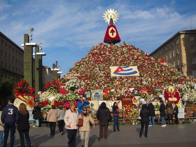 La Virgen del Pilar cubierta de flores