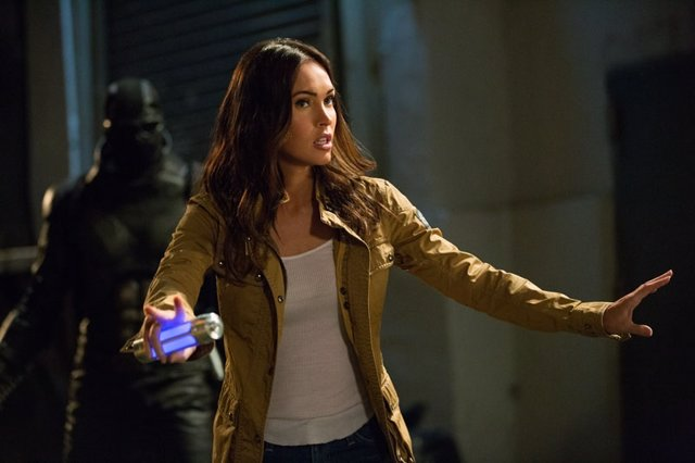 Megan Fox as April O'Neil in Teenage Mutant Ninja Turtles: Fuera de las sombras