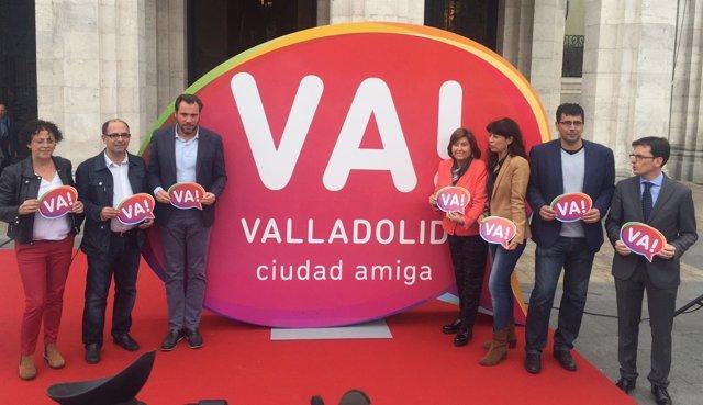 El alcalde de Valladolid, junto a miembros del equipo de Gobierno y del PSOE