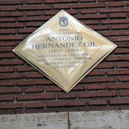 Placa en honor a Antonio Hernández Gil