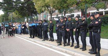Policías nacionales y locales de uniforme y guardias civiles de paisano...
