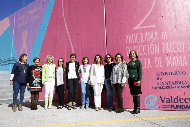 Inauguración del mural en Valdecilla sobre el cáncer de mama