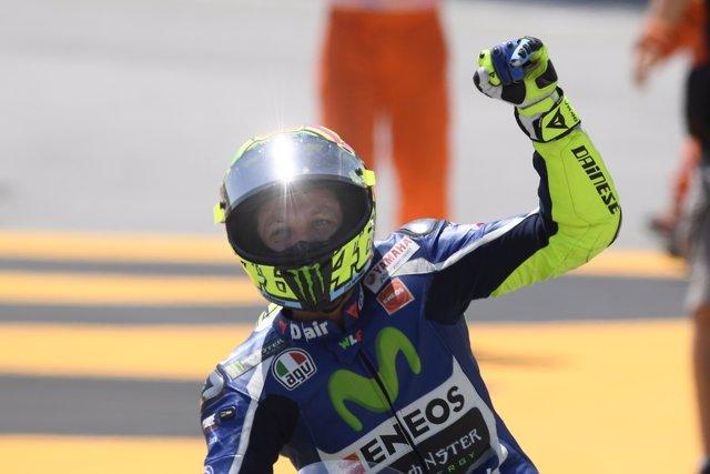 Valentino Rossi saludando durante el GP de Catalunya