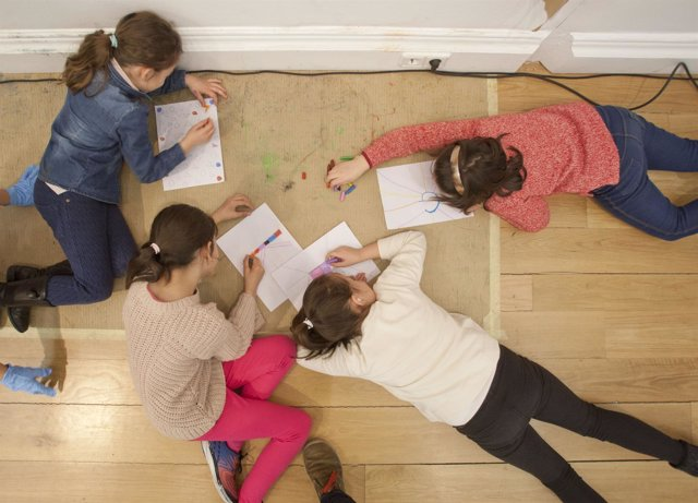 Niños pintando.Escolares dibujando.Educación.Enseñanza.Cultura.Arte.Infancia.