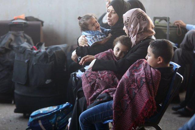 Paso de Rafá, egipto. Palestinos salen de la franja de gaza