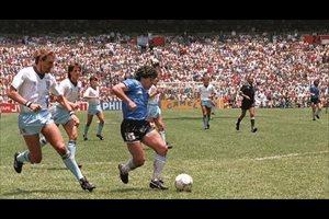Maradona, 40 años del debut de un mito