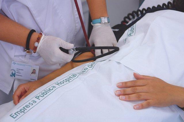 Una enfermera atiende a un paciente en el Hospital Alto Guadalquivir.