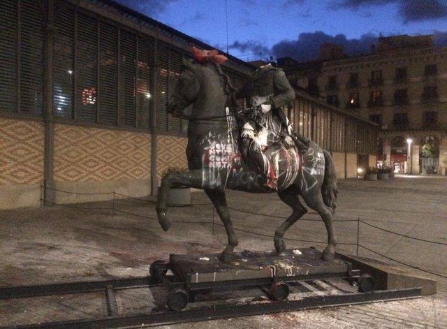 Estatua ecuestre de Franco en el Born amanece con una cabeza de cerdo