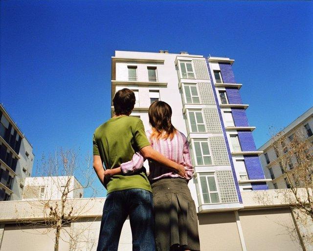 Una pareja frente a un edificio.