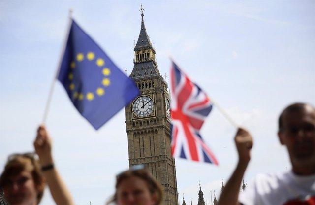 Banderas de Reino Unido y la Unión Europea frente al Big Ben de Londres