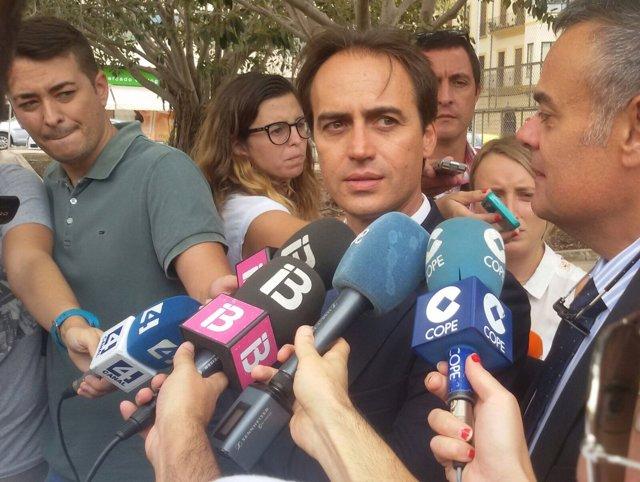 Álvaro Gijón, junto a su abogado, José Ramón Orta