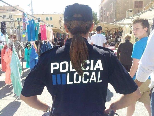 Policía Local en un mercado municipal