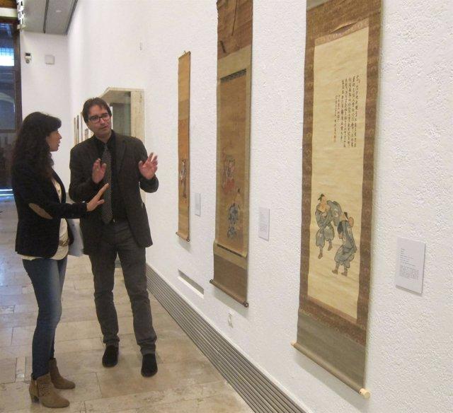 Ana Redondo junto al comisario de la Exposición 'arte Japonés y teatro Noh'