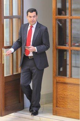 Juanma Moreno, en los pasillos del Parlamento