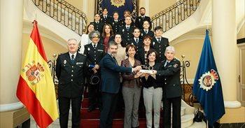 La Policía Nacional recibe el 'Premio Cermi.es 2016' por su atención a...