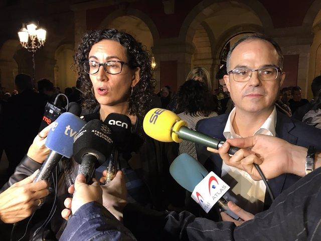 Los portavoces de JxSí Marta Rovira y Jordi Turull frente al Parlament